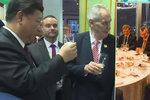 """Zeman na pivu i večeři v Číně: """"Chytil se do vlastních slibů,"""" míní politolog"""