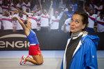 Barbora Strýcová před svou fotkou připomínající fedcupové úspěchy minulosti.