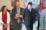 Klausovi muži přejí Livii k 75 letům. Rodinu s přáteli vytáhla oslavenkyně do kostela