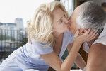 Věkové rozdíly mezi partnery se stále řeší. Pokud jde o staršího muže a mladší ženu, je kupodivu přístup veřejnosti mnohem shovívavější než v opačném případě. Pokud se ale jedná o muže nad šedesát let a dívku kolem dvaceti, potom se ani tato dvojice nevyhne kritice.