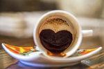 Čtení z kávové sedliny je metoda známá několik století. Tasseografie neboli čtení ze dna šálku vám může pomoct odpovědět na vaše otázky. Číst lze z čajových lístků nebo z kávové sedliny. Slovo tasse znamená ve francouzštině sice šálek, ale věštění z kávy pochází z Afriky a Středního Východu. Jak na to a co všechno z kávové sedliny zjistíte?