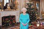 Královna Alžběta u vánočního stromku.