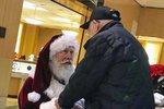 Santa poklekl před osamělým veteránem, aby mu poděkoval za jeho vojenskou službu...