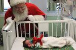 Santa existuje: Navštívil dětské nemocnice, aby ducha Vánoc cítily i děti, které nemohou být o svátcích doma se svou rodinou.