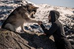 Tohle jsou největší krásy matky přírody. Moderní viking je navštěvuje se svým psím přítelem.