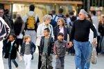 Děti Angeliny Jolie a Brada Pitta se tentokrát vydaly na procházku s babičkou Jane a dědou Williamem.