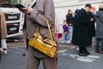 Kabelky roku 2019: Trendy jsou kufříky, třásně a kožešina