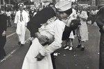 Zemřel nejslavnější zamilovaný námořník (†95):  Proslavil se líbáním sestřičky