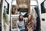 Láska z karavanu: Mladý pár cestuje se svým psem po celém světě