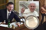Vondráček letí za papežem s archivní slivovicí. Šéfa Sněmovny čeká soukromá audience