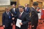 Čínský prezident ukázal Zemanovi fotku jabloně. U stolu byl i Jágr a miliardáři