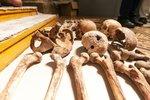 Podivná brigáda: Přijďte sbírat kosti z masového hrobu, láká ves