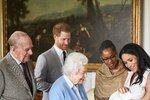 Královna Alžběta a její nejmladší vnouče Archie Harrison