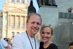 Zpěvák Tomáš Klus s manželkou Tamarou během demonstrace proti premiéru Babišovi a ministryni Benešové na Václavském náměstí (4. 6. 2019)