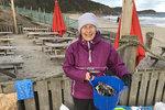 Pat je z množství plastů na pláži znechucená!