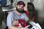 Muž s rakovinou počkal se smrtí až po narození syna: Kdybych nebyla těhotná, zemře mnohem dříve