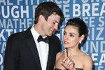 Mila Kunis a Ashton Kutcher - První jiskra vzplála už v roce 1998, kdy jako teenageři společně natáčeli seriál Zlatá sedmdesátá. Jejich cesty se na několik let rozdělily, Ashton byl ženatý s herečkou Demi Moore a Mila žila také svůj život. Setkali se až v roce 2011 na předávání filmových cen, kde se jejich cesty zase spojily. Ashton se rozvedl a s Milou se v roce 2015 tajně oženil. Mají spolu dvě děti.
