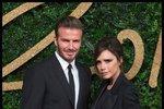 David a Victoria Beckhamovi - Poprvé se potkali na charitativním fotbalovém utkání v roce 1997, kdy ona byla členkou populární skupiny Spice Girls, on byl nadaný fotbalista. Nejspíš to byla láska na první pohled, protože ze sebe nemohli spustit oči, dali se do řeči a při odchodu napsala Victoria své číslo na Davidovu letenku. Letos oslavili dvacáté výročí.