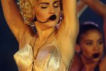 Outfity na pódiu, které měnily historii: Špičatá podprsenka i odhalená ňadra