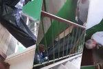 Šílené praktiky pohřebáků: Mrtvolu táhli po schodech jako odpad!