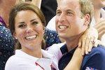 I královský pár si dává rád najevo lásku, a to přes všechna pravidla etikety... Jak sympatické!