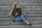 Nová módní sezona už je na spadnutí a my se nemůžeme dočkat nejnovějších trendů. Jedním z nejdiskutovanějších témat jsou džíny. Přestože máme pár, který nám perfektně padne a který nosíme napříč všemi dekádami (protože džíny se z módy nevytratí nikdy), každou sezonu se objeví střihy, které zkrátka v tu dobu převažují. Které to budou tento podzim a zimu?
