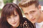 Jason jako Brandon se svou seriálovou sestrou Brendou (Shannen Doherty). Ještě před půl rokem nebylo jisté, zda se herečka zúčastní i natáčení nové řady seriálu.