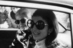 Jackie Kennedy se za černá skla schovávala často. V šedesátých letech nosila kulaté obroučky, stejně jako Naďa Urbánková, Janis Joplin i John Lennon.