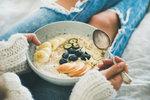 Trend ovesných kaší se ve zdravé stravě drží už spoustu let a není se čemu divit! Ovesné vločky jsou plné vlákniny a vitaminů a dají se kombinovat s mnoha druhy ovoce, ale i zeleninou, jako jsou mrkev nebo cuketa. Jelikož podzim k teplé snídani vyloženě vybízí, je teď nejvhodnější doba pochutnat si po ránu právě na ovesné kaši.
