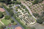 Před honosnou vilou má Oprah udržovaný francouzský park.