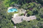 V pulzujícím horku  kopců Santa Barbary se Oprah ráda vykoupe v obrovském bazénu.