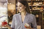 Spousta potravin se tváří zdravě i dietně, ale skutečnost je přitom jiná.Někdy opravdu není snadné vyznat se v tom, co do zdravého nákupního košíku patří a co nikoli. Zaručeným způsobem, jak ve výběru potravin chybovat co nejméně, je vybírat převážně nezpracované potraviny. Ne vždy se ale tímto pravidlem můžete řídit, proto si nechte poradit od odbornice na výživu.