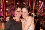 Veronika Khek Kubařová s maminkou, která zvolila slušivé třpytivé šaty s červenými doplňky a vhodným psaníčkem. Šaty byly přiměřené jejímu věku, zejména díky delším rukávům. Tleskáme!