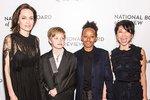 Angelina s třemi z jejich dětí - hned vedle ní stojí nejstarší dcera Shiloh, další dvě dcery jsou adoptované.