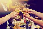 Věděli jste, že sklenka vína má tolik kalorií jako čtyři sušenky? Nebo že půl litru piva se vyrovná pytlíku chipsů? Pokud se snažíte zhubnout, možná byste měli přehodnotit alkoholové dýchánky s přáteli a lépe zvážit všechny své dietní hříchy. Při hubnutí si nemusíte neustále něco odpírat, ale je dobré si být vědomi počtu kalorií, které přijímáte, abyste případně počítali s následky.