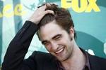 Když si Robert Pattinson prohrábne svou bujnou kštici, davy fanynek šílí.
