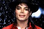 Michael Jackson zemřel v roce 2009, a to na předávkování prášky na spaní, které mu podal na jeho přání doktor.