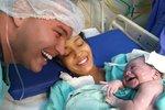 Muž měsíce promlouval k těhotenskému bříšku své partnerky. Takto se mu odvděčila dcera hned po narození...