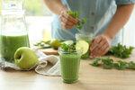 Na zelené smoothie budete potřebovat: 1 banán, 1 jablko, šťávu z půl limety a hrst listů z kopřivy.
