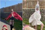 I tohle s vámi udělá karanténa: Žena se na procházky se psem obléká do bizarních kostýmů