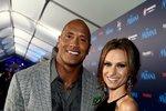 Dwayne Johnson a Lauren Hashian. Herci trvalo dlouhých 12 let, než svou vyvolenou požádal o ruku. Svatba se konala minulý rok na Havaji a Johnsonovi, kterému se jinak přezdívá The Rock, bylo 47 let.