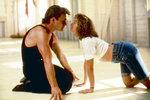 Kdo by neznal krásný příběh slušné a trochu naivní Baby, která se zamiluje do tanečníka Johnnyho. Jennifer Grey a Patrick Swayze ve filmu Hříšný tanec (1987).