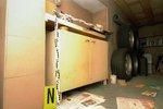 Za touhle skříňkou v garáži se skrývaly těžké betonové dveře, které vedly do Nataschina podzemního vězení