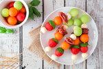 Kromě salátů si můžete připravit i špízy. Vyzkoušejte nestárnoucí kombinaci melounu a proscuitta.