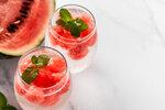 Chcete tip na dietní drink? Přidejte do sklenice s perlivou vodou kousky melounu a pár snítek máty.