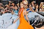 Krásná Nicola Peltz v oranžových šatech Prada.