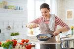 Stále se držíte mýtu, že po sedmnácté hodině by se nemělo jíst? Nejenže tak v noci trpíte hlady, ale dokonce si tím můžete hubnutí i zastavit. Rozdělte si svůj kalorický příjem rovnoměrně do více jídel a nezapomeňte ani na večeři! Abyste se však vyhnuli žaludeční těžkosti, špatnému spánku a přibývání na váze, je důležité si své poslední jídlo dne správně poskládat. A samozřejmě nezapomeňte ani na rozumnou porci.