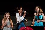 Bára Kodetová s dcerami Violetou (vpravo) a Sophií na narozeninovém koncertě