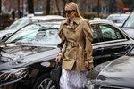 V posledních letech se móda čím dál tím více vydává udržitelným směrem. Dbá se na kvalitní materiály, nadčasové a ikonické modely za doprovodu praktičnosti a snadné kombinovatelnosti. A pohodlnost především. Ta se vyznačuje volnými střihy. Obepnuté oděvy i boty zdůrazňující ženskou siluetu totiž vystřídaly oversized a pánské tvary. Není tomu jinak ani vzahraničí. A Londýn je místo, kam se nyní vypravíme.