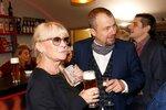 Petr Svojtka se svojí matkou Kateřinou Macháčkovou na premiéře hry Ajťáci.